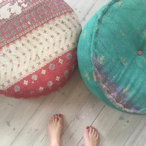 To store indiske flydepuder/ puf - Quote by Birkholm Sælges samlet. Mindre Hul i stof på ene - ikke mørt dog. Fine til børneværelse/ sommerhus. Gode og søde at stable.