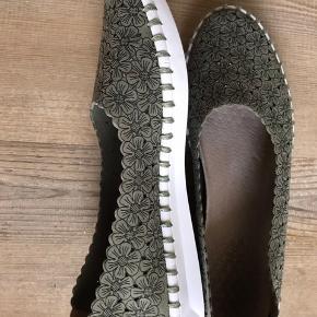 Skoene er brugt en dag ialt. De er købt for lille.  Til smal fod. Købt hos en sygepleje net butik.