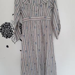Den smukkeste kjole med mange søde detaljer. Prøv at zoome 😀  den går til lige under mine knæ, jeg er 169 cm. Str 40 men passes af 38/40