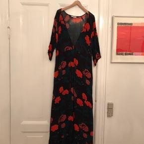 Smuk lang kjole fra Ganni. Overdelen er transparent og kjolen bindes i taljen. Brugt en enkelt gang.