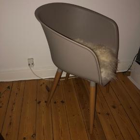 4 fine stole fra jysk. Så gode som nye med en hynde af lamme skind i!   * med træben