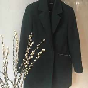 Lækker mørkegrøn frakke fra Boohoo 🌿  Brugt 2-3 gange men den er desværre for lille til mig. Kostede ca 450,- fra ny.  Sælges til en god pris - jeg bytter ikke :)