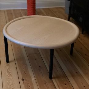 Fantastisk flot HAY sofabord sælges. Fremstår utrolig velholdt og fungerer perfekt til børnefamilien der gerne vil undgå at børnene slår sig på skarpe bordkanter.