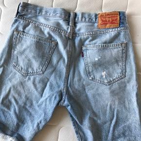 Sælger disse levis shorts da de ikke kan passes længere. De er brugt en del, men fejler som sådan ikke noget, andet end nogle af trådene i 'slidet' er gået op. Størrelse: W 30 L (knæet ca)