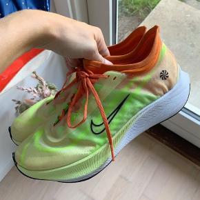 Sælger mine Nike zoom fly 3 rise størrelse 40 (25,5 cm). Sælges da der er købt for små, de er købt i slutningen af sommerferien, og er blevet brugt uden sål i. Byd prisen er ikke fast