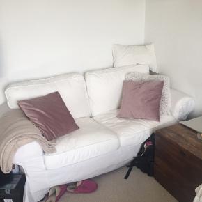 2 pers Ektorp sofa i hvid.  Den er god men brugt, har ingen større slid (men trænger til en vask af betrækket.)   Betrækket kan skiftes ud, man kan købe andre forskellige slags i ikea   Fra ikke ryger hjem (har dog hund)
