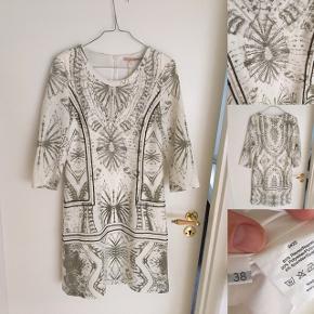 Fantastisk kjole  Sælges kun fordi jeg ikke kan passe den mere. Det er en str 38/M.   Flotte detaljer og sølv syninger.