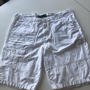 Smarte shorts str. 38. Har en lille plet ved knap - derfor prisen, ses på billede 2 :-))