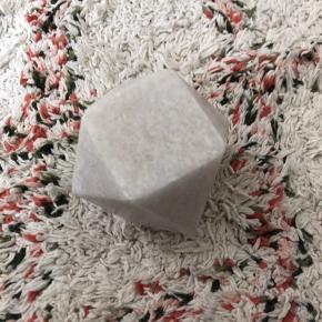 Fin marmorfigur/lysestage. Brugt som pyntegenstand her (hullet nedad) derfor ingen spor af stearin eller lignende.