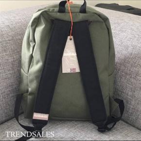 Polar-Backpack Desert-grøn: 40 x 34 x 10 cm. Nypris: 500 kr.