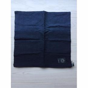 Pudebetræk med ombre effekt i mørkeblå farver. Stadig med mærke på.  Materialet er: Cotton-linen dvs. bomuld og hør Str. 50x50cm.  Sælges for 100kr pp.