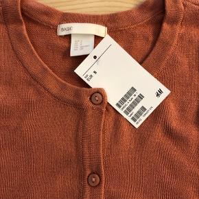 Helt ny cardigan fra H&M, aldrig brugt. Farven svarer bedst til det sidste billede.