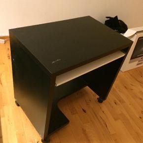 Computerbord, IKEA, b: 50 d: 77 h: 75 Fint computerbord fra IKEA i mørkebrun farve. Bordet har et udtrækkeligt underpanel, hvor et computerkeyboard kan stå. Der er en skramme i bordets overflade. (44.02)