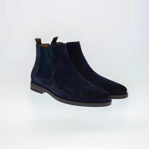 Sælger disse lækre mørkeblå støvler fra det populære danske modemærke playboy footwear. Aldrig brugt og kostede 1200.-  Byd!