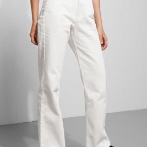Weekday bukser i hvide i modellen row. Str. 27x32