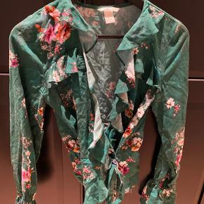 Fin slå om bluse fra HM med blomsterprint.  Brugt en enkelt gang.  Kan afhentes på Nørrebro eller sendes ved aftale