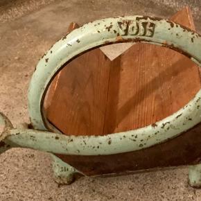 Fin, lysegrøn rugbrødsskærer. Den kan ikke bruges som skærer men istedet som en fin holder til kogebøger.