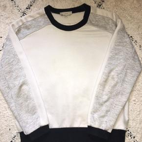 Få ikke særlige synelige pletter. Syningen er gået lidt op i siden.  Ellers super cool sweater med fede detaljer i hvid og grå.