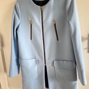 Fin lyseblå jakke fra Zara. Har bare hængt i et skab, og er desværre aldrig blevet brugt.   Købt for 700kr for ca. 4 år siden:)