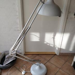 Hobby deluxe lampe sælges, grundet køb af mindre lampe. Pæn og velholdt, kom med et bud. Er ca 2 år gammel. Kvittering haves desværre ikke mere . Men lampen er købt i ide møbler. Nypris var 1095 kr.