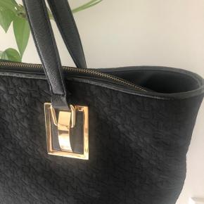 Rigtig smuk DKNY taske med logo og læderhank. Meget rummelig taske med plads til din computer. Brugt som skoletaske 👌🏼 kvittering haves Mål: H:34cm B:9cm L:44cm i toppen 33cm i bunden