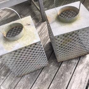 Sælges samlet for 150 kr er med patina  Kan vaskes lidt pænere eller evt spraymalet hvis de ikke skal være rå mener nypris var 500-600 kr pr stk  Den ene sidder hank ikke fast i den ene side
