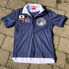 Rare T-shirt i str. 10 år  Super fed t-shirt med to-lags krave og detalje med Hvidt lag forneden der stikker ud.  Der er super seje flag og tryk både for og bag. Flagene bøjer lidt.  #30dayssellout Pris: 50 kr pp