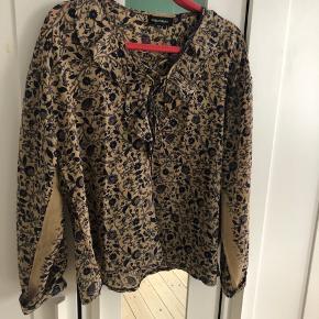 Super fin silke skjorte, med mange flotte detaljer. Str m/l  Kan sendes eller afhentes på Nørrebro