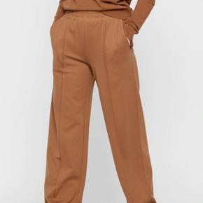 Sælger mine pieces plisserede jersey bukser i brun i str. M, da jeg ikke får dem brugt. Nyprisen er 200,-