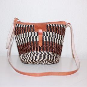 Smukke, håndlavede sisaltasker med detaljer i ægte læder fra Kenya. Læderrem kan justeres til den ønskede længde. Åbningen på tasken er ca. 30 cm. Den er foret indvendigt. Alle taskerne har lynlås!   * Kan efter aftale afhentes i Brønshøj eller i Tølløse * Kan sendes, køber betaler porto