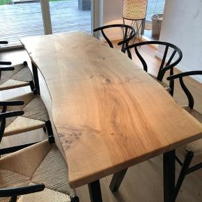 Udstillingsmodel til spotpris!    Emmanordic spisebord i kraftig dansk egeplank, og tigsvejsede pulverlarkerede stålben. Bordplade et skåret ud fra et stykke plank, herefter forarbejdet og olieret. Bemærk! ,- En eksklusiv massiv planke. Vejl. B : 78, L: 190. Ring/skriv på tlf. 42248920 for nærmere info/ forespørgsler.