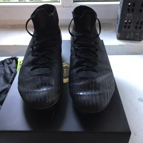 Nike Mercurial Superfly 6 Elite AG-PRO Stealth Ops - Sort sælges, da jeg desværre ikke bruger dem mere  Skoen er brugt i en kvart sæson, og har aldrig været udsat for frost eller andre lignede ting, der kunne have effekt på skoens stand  Modellen er en topmodel, med dejlig behagelig ankelstøtte  Der medfølger original boks & kvittering, samt jernknopper (11-15 mm)