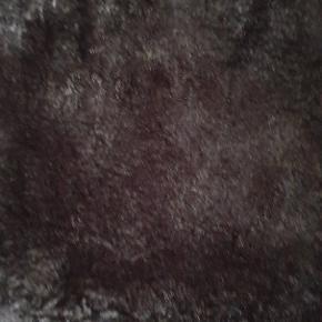 Skøn jakke fra Pelsfirmaet Brdr Alex Petersen.  Ydersiden er af et vandafvisende materiale.  Jakken (÷ærmerne) er foret af den fineste ægte pels.  Googl evt Brdr Alex Petersen.
