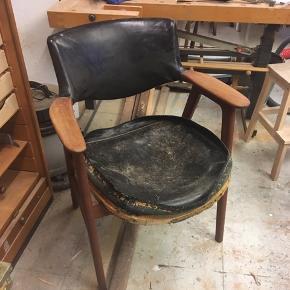 Erik Kirkegaard savbukkestol i teak med sort læderbetræk. Høng ca 1960. Smuk kontorstol, armstol. Træet er i meget fin stand. Ryggen er i orden men sædet skal ombetrækkes. Fyldet var drysset ude så læderet er afmonteret for at skifte fyld. Jeg er dog gået i stå på halvvejen. Lædersædet er intakt og ville kunne smøres og genbruges, men er man handy kunne man også lave et nyt. Sædet kan nemt skrues af og på så det er ikke et svært projekt. Stolen sælges som 'håndværkertilbud' til 800kr Kan hentes Kbh V
