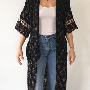 Vintage flowy robe with a beautiful pattern.   #30dayssellout