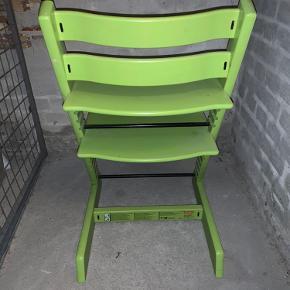 """Så fin grøn TRIPP TRAPP højstol fra STOKKE med stopper/""""sele"""". Stolen er i dyrket bøg og er egnet fra 1/2 år og opefter. Den kan indstilles i siddehøjde og dybde. Den er lidt beskidt på billederne og trænger til en våd klud.  Nypris er 1549,- uden selen/stopperen  KAN AFHENTES PÅ NØRREBRO"""