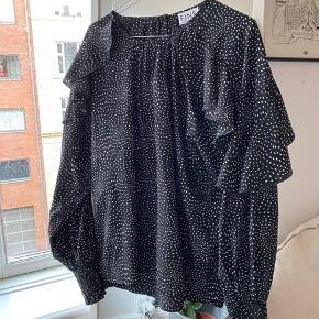 Fineste bluse fra FINE COPENHAGEN 🤍  Kun haft på en enkelt gang.  Bud ønskes 🖤