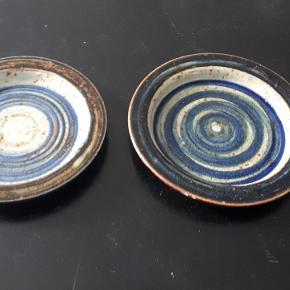 Retro keramik tallerkner. Ingen skår - flot stand. 21 og 23 cm i diameter. 40 kr pr stk - begge for 60 kr. Porto 37 kr.