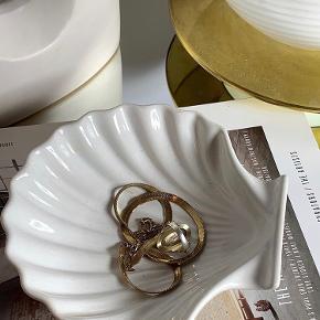 |FOR SALE| En musling af de eftertragtede slags 🐚 Denne er så fin til smykker ✨ Den kan blive din for 50kr   Følg med på Instagram : limite_cph