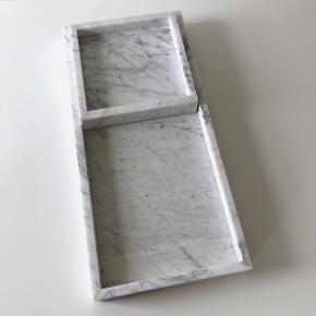 HAY marmor bakker. Stor måler L 54.5 x B 25.5 x H 4.5 ny pris 1999kr. Lille måler L 22 x B 22 x H 4.5 ny pris 999kr. Sælges også seperat. Sender gerne på købers regning.