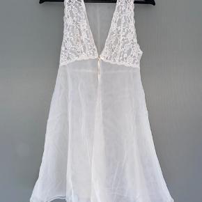 """Hvid gennemsigtig """"kjole"""" der bindes foran, super fin og kan styles fx over en kjole, eller over en hvid trøje eller BH og et par bukser 🕯💝"""