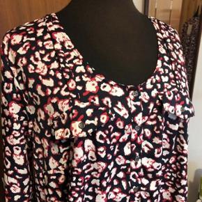 Mørkeblå ZbyZ bluse med pink/hvidt mønster. Aldrig brugt og stadig med tags. Str.50/52. Polyester. Mål: Bryst 66cmx2 Talje 69cmx2 Hofte 73cmx2 Længde 79cm Sender gerne:) Til salg flere steder