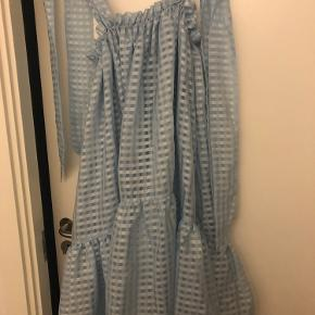 Kun prøvet på. Evt skriv, hvis der ønskes flere billeder af kjolen.