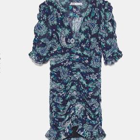 Det er en populær Zara kjole, som man ikke kan få mere. Skriv endelig for flere billeder;-) Sælger kun, hvis det rette bud kommer