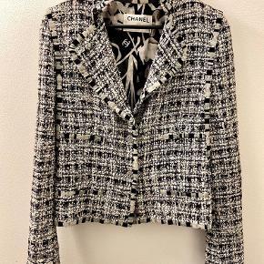 Vintage Chanel tweed jakke, der passer perfekt til et par jeans for et casual look, eller en nederdel til mere fine lejligheder.   Passer en str. 36 og er i super flot stand.   Fin rygdetalje som vist på billedet.