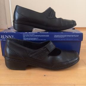 Jeg sælger disse flotte, Jenny by ara, sko. Det er str. 36.5. Hælen har en højde på 3 cm, indvendigt mål er 22 cm. De er som nye, brugt få gange. Kommer fra et ikke ryger hjem, sender gerne mod betaling. Nypris 600kr.