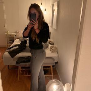 Lækre design by si bukser. Mega behagelige at have på. Super fine. De er lagt op så de passer en på 1.65ca. Men der er dog gemt et stykke under bukserne så de kan lægges ned igen  BYD gerne eller skriv for flere billeder :))