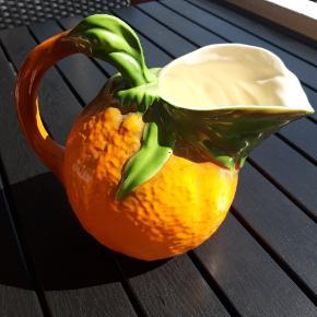 Sælger denne utroligt flotte orange/appelsin  kande med 6 tilhørende kopper. Meget populært med Frugtkeramik.