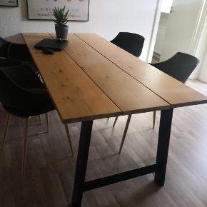 Fint og flot spisebord.  Nypris 3300,-   Plankebord gadeskov spisebord