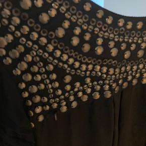 Smuk silke top / tunika fra Pureheart med påsyede rå, matte pailletter. 100% silke